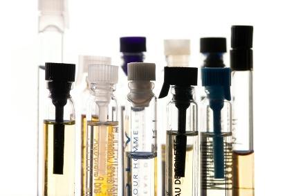 82252-425x283-Perfume_samples